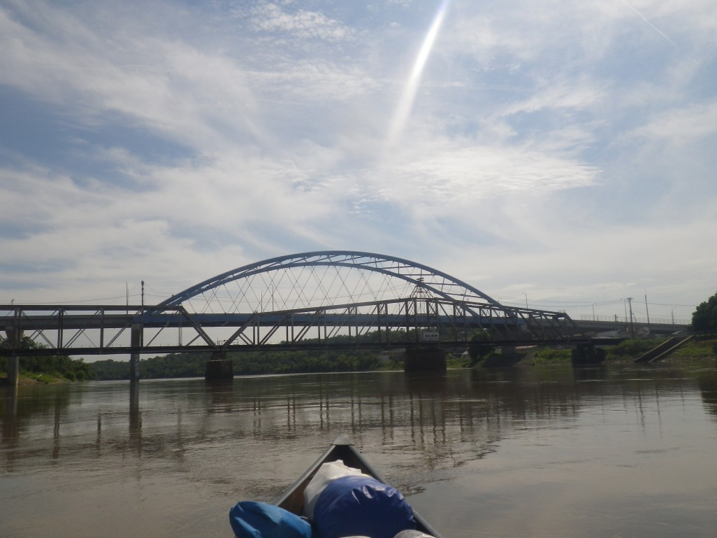 Why no arch on the MO side? Cmon Show Me state, show some love for the Amelia Earhart Bridge